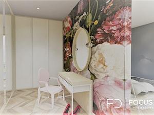 PROJEKT SYPIALNI Z GARDEROBĄ - Średnia otwarta garderoba przy sypialni, styl nowoczesny - zdjęcie od Focus Design