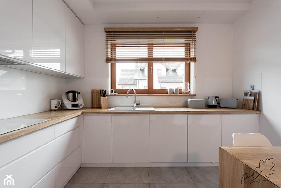 nowoczesna bia a kuchnia z drewnianym blatem rednia zamkni ta bia a kuchnia w kszta cie. Black Bedroom Furniture Sets. Home Design Ideas