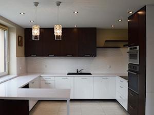 Średnia otwarta szara kuchnia w kształcie litery g z oknem, styl nowoczesny - zdjęcie od mtw meble