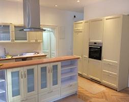 Duża otwarta biała beżowa kuchnia w kształcie litery u w aneksie z oknem, styl prowansalski - zdjęcie od mtw meble