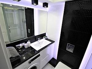 Nowoczesne na Budowlanych - Mała biała czarna łazienka na poddaszu w bloku w domu jednorodzinnym bez okna, styl nowoczesny - zdjęcie od OPEN HOUSE INVEST