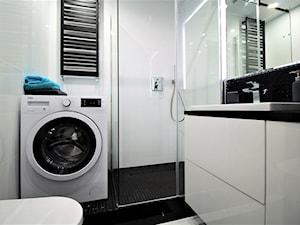 Wysoki standard na Saturna - Mała biała czarna łazienka na poddaszu w bloku w domu jednorodzinnym bez okna, styl nowoczesny - zdjęcie od OPEN HOUSE INVEST