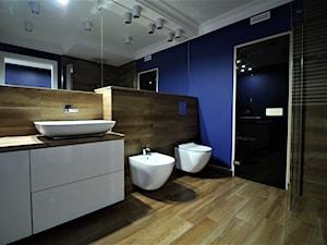 Długa Apartament - Średnia niebieska łazienka w bloku w domu jednorodzinnym bez okna - zdjęcie od OPEN HOUSE INVEST