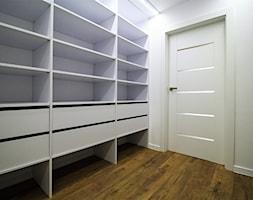 Długa Apartament - Średnia zamknięta garderoba oddzielne pomieszczenie - zdjęcie od OPEN HOUSE INVEST