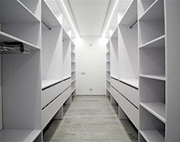 Dwupoziomowe na Długiej - Duża otwarta garderoba oddzielne pomieszczenie, styl tradycyjny - zdjęcie od OPEN HOUSE INVEST