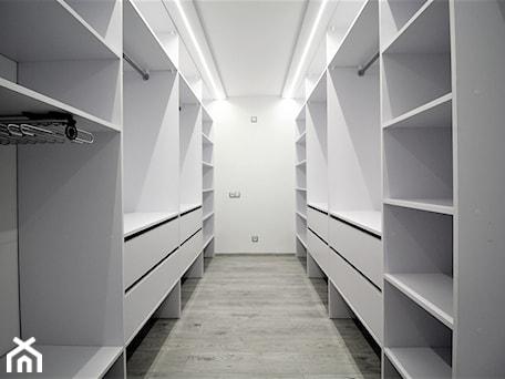 Aranżacje wnętrz - Garderoba: Dwupoziomowe na Długiej - Duża otwarta garderoba oddzielne pomieszczenie, styl tradycyjny - OPEN HOUSE INVEST. Przeglądaj, dodawaj i zapisuj najlepsze zdjęcia, pomysły i inspiracje designerskie. W bazie mamy już prawie milion fotografii!