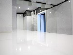 Dwupoziomowe na Długiej - Średnia biała czarna łazienka na poddaszu w bloku w domu jednorodzinnym bez okna, styl nowoczesny - zdjęcie od OPEN HOUSE INVEST