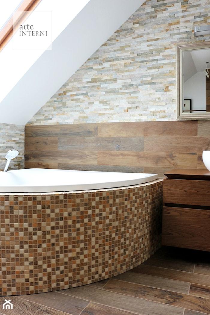ŁAZIENKA W DREWNIE I KAMIENIU - Mała biała szara łazienka na poddaszu w domu jednorodzinnym z oknem, styl kolonialny - zdjęcie od Arte-INTERNI pracownia projektowa - Homebook