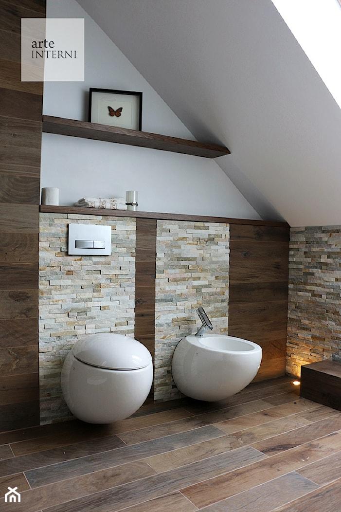 ŁAZIENKA W DREWNIE I KAMIENIU - Mała biała łazienka na poddaszu w domu jednorodzinnym bez okna, styl kolonialny - zdjęcie od Arte-INTERNI pracownia projektowa - Homebook