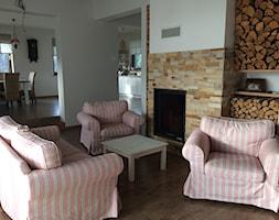 salon - Mały biały salon z jadalnią, styl kolonialny - zdjęcie od Paula.dom