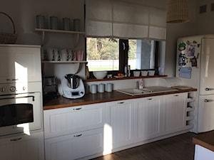 kuchnia i jadalnia - Średnia biała kuchnia jednorzędowa w aneksie z oknem, styl prowansalski - zdjęcie od Paula.dom