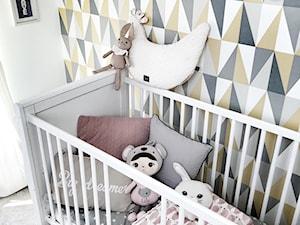 POKÓJ DZIECIĘCY ZE WZORZYSTĄ TAPETĄ - Mały biały kolorowy pokój dziecka dla chłopca dla dziewczynki dla niemowlaka, styl glamour - zdjęcie od KAROLINA MEARS Stylizacje wnętrz