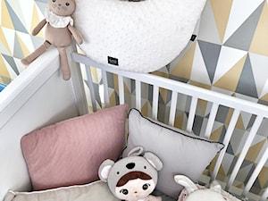 POKÓJ DZIECIĘCY ZE WZORZYSTĄ TAPETĄ - Mały kolorowy pokój dziecka dla chłopca dla dziewczynki dla niemowlaka, styl nowoczesny - zdjęcie od KAROLINA MEARS Stylizacje wnętrz