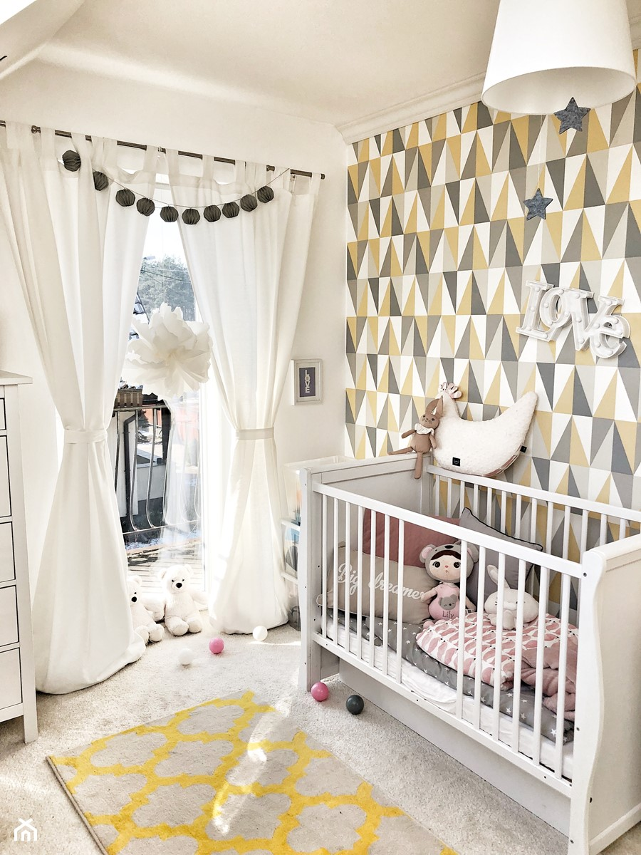 POKÓJ DZIECIĘCY ZE WZORZYSTĄ TAPETĄ - Mały biały szary pokój dziecka dla chłopca dla dziewczynki dla niemowlaka, styl art deco - zdjęcie od KAROLINA MEARS Stylizacje wnętrz