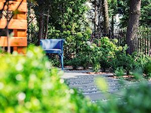 Nowoczesny, zacieniony ogród w Poznaniu - Ogród za domem, styl nowoczesny - zdjęcie od Rock&Flower studio