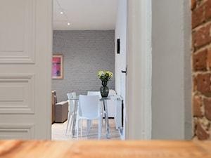 P25 - Mała otwarta biała jadalnia w salonie - zdjęcie od PIMM