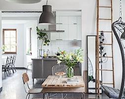 Forest in home - Mała otwarta biała jadalnia w kuchni w salonie, styl eklektyczny - zdjęcie od bogusias_dream