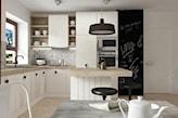 kuchnia w stylu skandynawskim, farba tablicowa na notatki, lampa z czarnym abażurem, białe meble kuchenne z drewnianym blatem