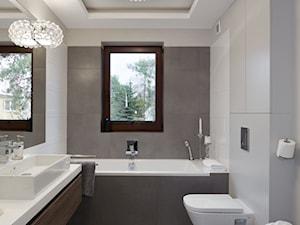 Metamorfoza domu - Średnia biała szara łazienka z oknem - zdjęcie od iHome Studio