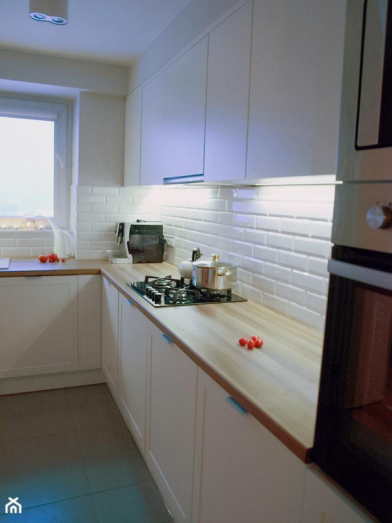 Mieszkanie 80m2 - Mała średnia otwarta zamknięta biała kuchnia w kształcie litery l, styl nowoczesny - zdjęcie od iHome Studio - Homebook