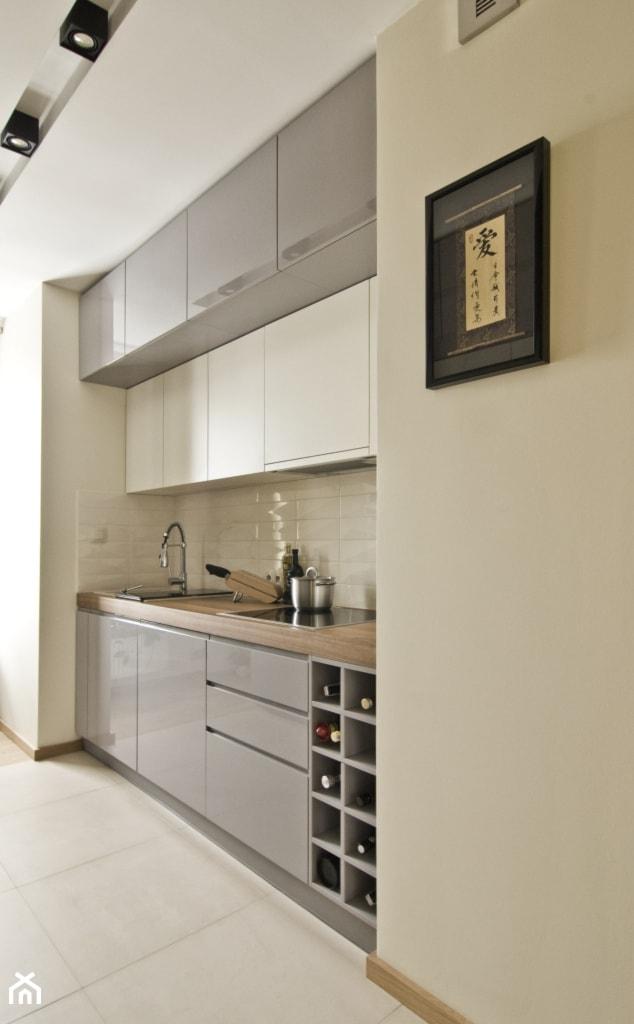 Akcent orientu we wnętrzu - Mała otwarta biała beżowa kuchnia jednorzędowa w aneksie, styl nowoczesny - zdjęcie od iHome Studio - Homebook