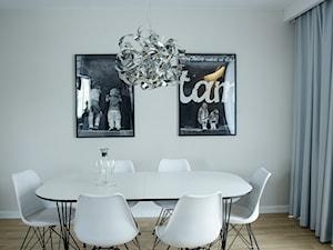 Metamorfoza mieszkania 70m2 - Średnia otwarta szara jadalnia w salonie, styl minimalistyczny - zdjęcie od iHome Studio