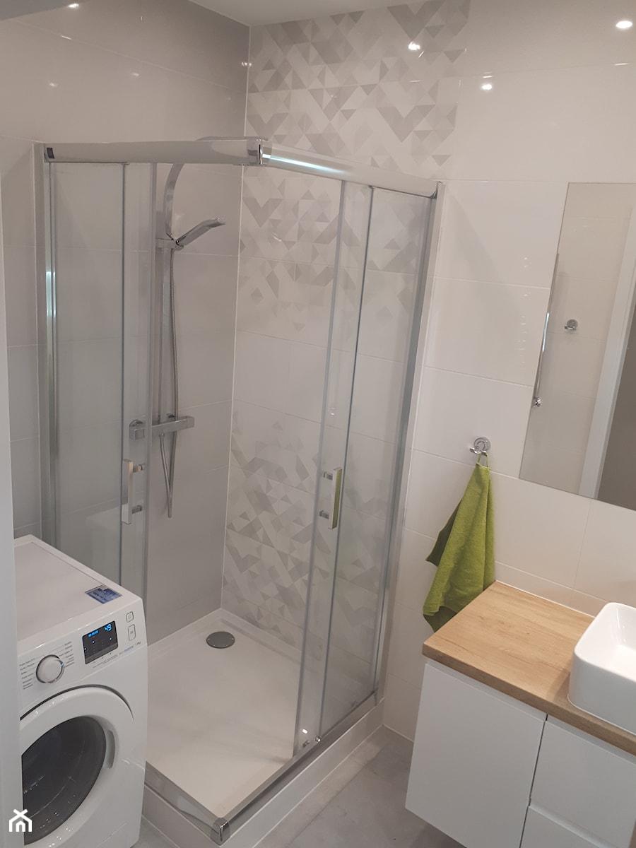 Łazienka w stylu klasycznym - Mała szara łazienka w bloku w domu jednorodzinnym bez okna - zdjęcie od maamba