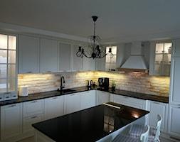 Kuchnia w stylu prowansalskim - Średnia otwarta biała beżowa kuchnia w kształcie litery l z wyspą, styl prowansalski - zdjęcie od DOMdecor Studio Klaudiusz Klepacki