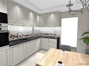 Kremowa kuchnia w stylu klasycznym - Średnia otwarta biała beżowa kuchnia w kształcie litery l z oknem, styl klasyczny - zdjęcie od DOMdecor Studio Klaudiusz Klepacki