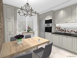 Kremowa kuchnia w stylu klasycznym - Duża zamknięta biała beżowa kuchnia jednorzędowa z oknem, styl klasyczny - zdjęcie od DOMdecor Studio Klaudiusz Klepacki