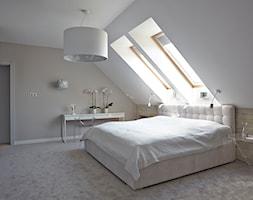 Rodzinnie - Średnia beżowa biała niebieska sypialnia małżeńska na poddaszu - zdjęcie od KAPA studio projektowe