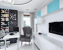 Mieszkanie w bieli z widokiem na stolicę - Średnie białe biuro domowe kącik do pracy w pokoju - zdjęcie od KAPA studio projektowe