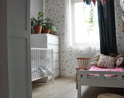#roslinyWEwnętrzu - Mały biały szary pokój dziecka dla chłopca dla dziewczynki dla rodzeństwa dla niemowlaka dla malucha - zdjęcie od Karolina Augustyn 8