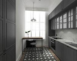 Mieszkanie w starej kamienicy w Gdańsku - Średnia zamknięta biała kuchnia dwurzędowa z oknem, styl eklektyczny - zdjęcie od EMKU MARCIN KUPTEL