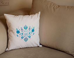 Haftowana+poduszka+z+motywem+ludowym+-+niebieskie+kwiaty+-+zdj%C4%99cie+od+Pracownia+SaiSou