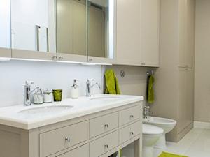 Klasyczne 230m2 - Duża biała beżowa łazienka w bloku w domu jednorodzinnym bez okna, styl klasyczny - zdjęcie od TiM Grey Projektowanie Wnętrz