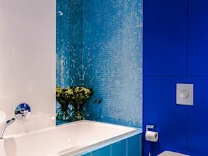 Eklektyczny Apartament w Warszawie - Mała biała niebieska łazienka w bloku w domu jednorodzinnym bez okna, styl eklektyczny - zdjęcie od TiM Grey Projektowanie Wnętrz