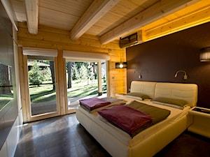 Nowoczesny Dom z finskiego bala - Średnia brązowa sypialnia małżeńska z balkonem / tarasem, styl skandynawski - zdjęcie od TiM Grey Projektowanie Wnętrz