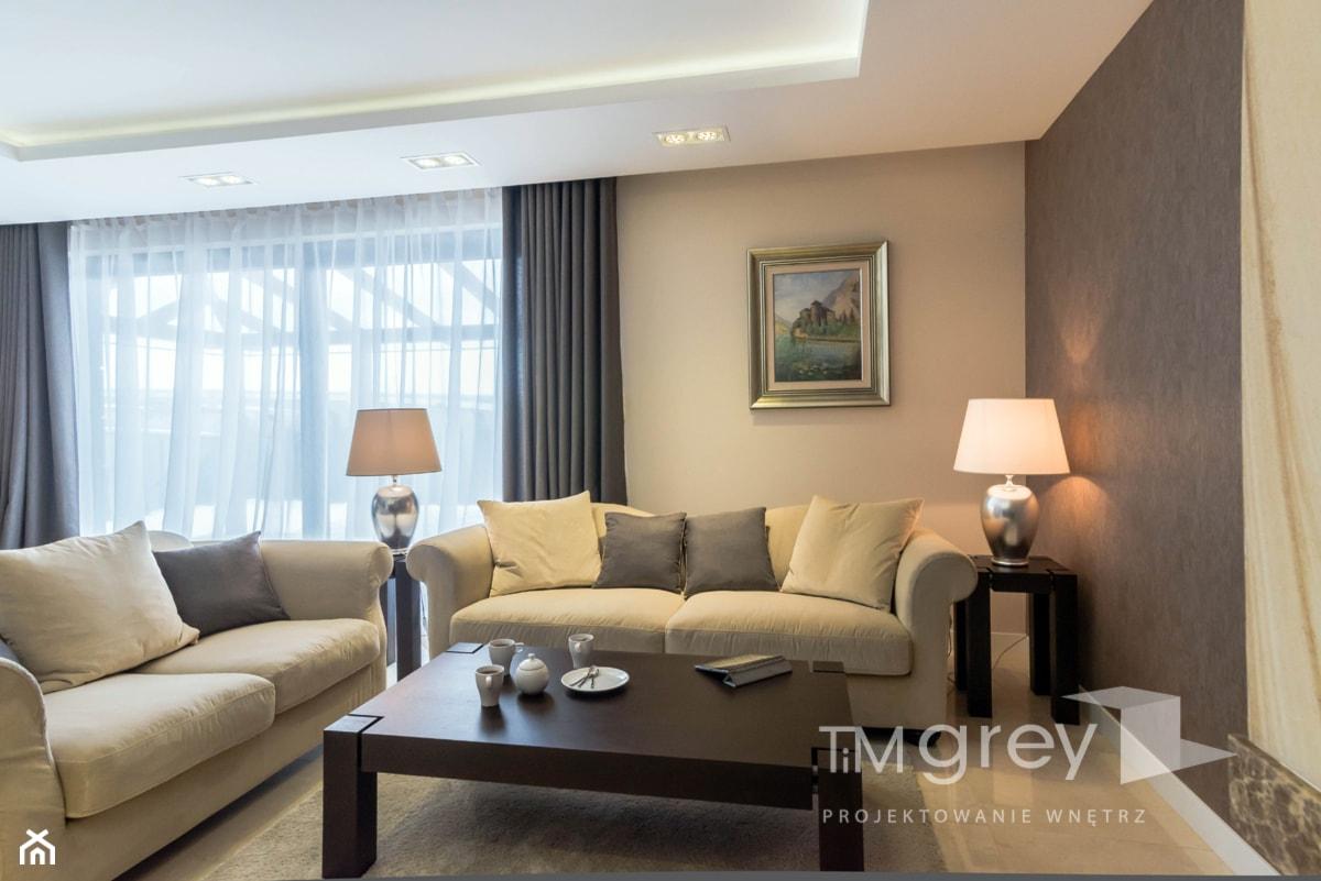 Dom w klasycznym stylu. - Średni beżowy brązowy salon z tarasem / balkonem, styl klasyczny - zdjęcie od TiM Grey Projektowanie Wnętrz - Homebook