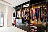 brązowa szafa do garderoby, kremowy dywan, otwarta szafa