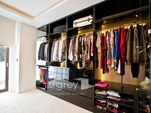 Apartament Glamur - Średnia otwarta garderoba z oknem przy sypialni - zdjęcie od TiM Grey Projektowanie Wnętrz