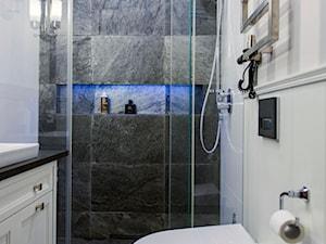 300m2 Klasycznej Elegancji - Mała czarna szara łazienka w bloku w domu jednorodzinnym bez okna, styl klasyczny - zdjęcie od TiM Grey Projektowanie Wnętrz