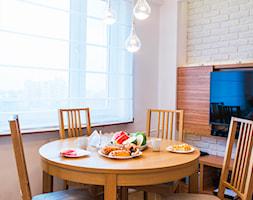 Mieszkanie na warszawskiej Woli - Mała zamknięta biała beżowa jadalnia jako osobne pomieszczenie, styl nowoczesny - zdjęcie od TiM Grey Projektowanie Wnętrz