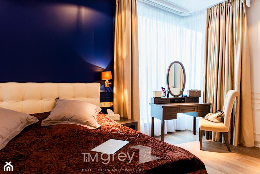 Nowojorski Apartament - Średnia biała niebieska sypialnia małżeńska, styl nowojorski - zdjęcie od TiM Grey Projektowanie Wnętrz