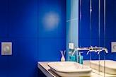 kobaltowe płytki w łazience
