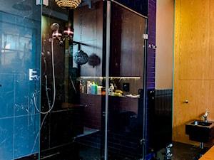 Eklektyczny Apartament w Warszawie - Średnia niebieska łazienka na poddaszu w bloku w domu jednorodzinnym bez okna, styl eklektyczny - zdjęcie od TiM Grey Projektowanie Wnętrz