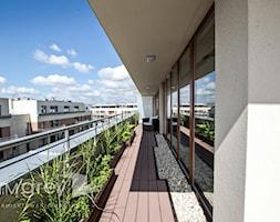 Apartament w warszawskim Wilanowie - Duży taras, styl nowoczesny - zdjęcie od TiM Grey Projektowanie Wnętrz