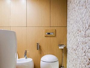 300m2 Klasycznej Elegancji - Mała biała łazienka na poddaszu w bloku w domu jednorodzinnym bez okna, styl minimalistyczny - zdjęcie od TiM Grey Projektowanie Wnętrz