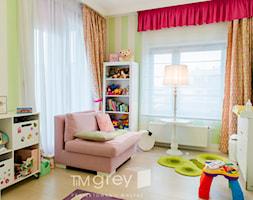 Nowojorski Apartament - Średni biały zielony pokój dziecka dla chłopca dla dziewczynki dla niemowlaka dla malucha - zdjęcie od TiM Grey Projektowanie Wnętrz