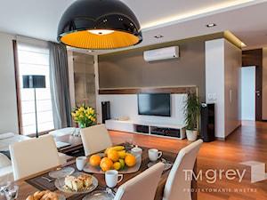 Wilanowski Apartament - Średni biały beżowy salon z jadalnią, styl nowoczesny - zdjęcie od TiM Grey Projektowanie Wnętrz